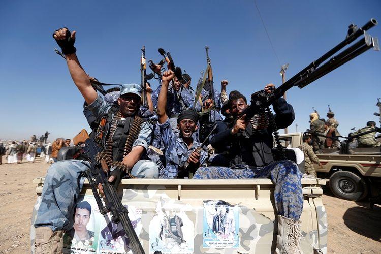 Pasukan milisi Houthi di atas kendaraan militer saat berkumpul di Sanaa sebelum memulai gerakan menuju medan perang di Yaman, Januari lalu.