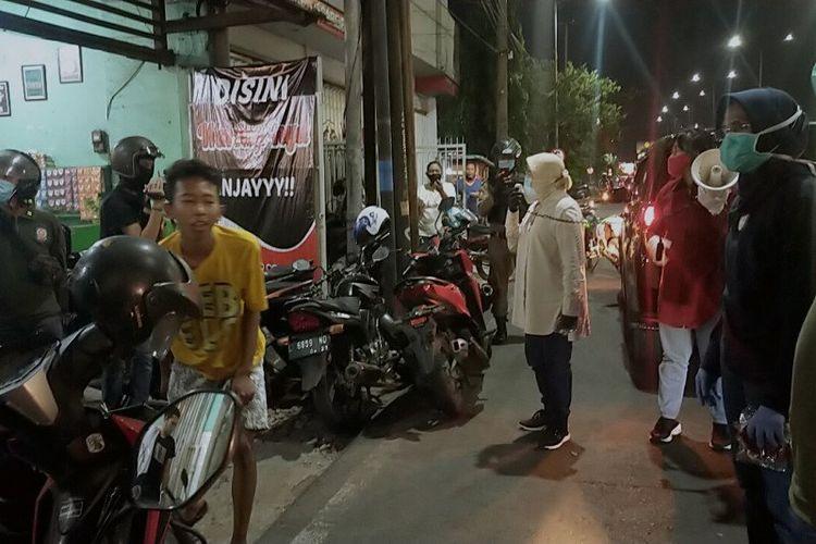 Wali Kota Surabaya Tri Rismaharini memberikan sanksi berupa push up kepada puluhan remaja karena dinilai melanggar protokol kesehatan dengan tidak memakai masker saat melintas di Jalan Diponegoro, Kota Surabaya, Sabtu (25/5/2020) malam