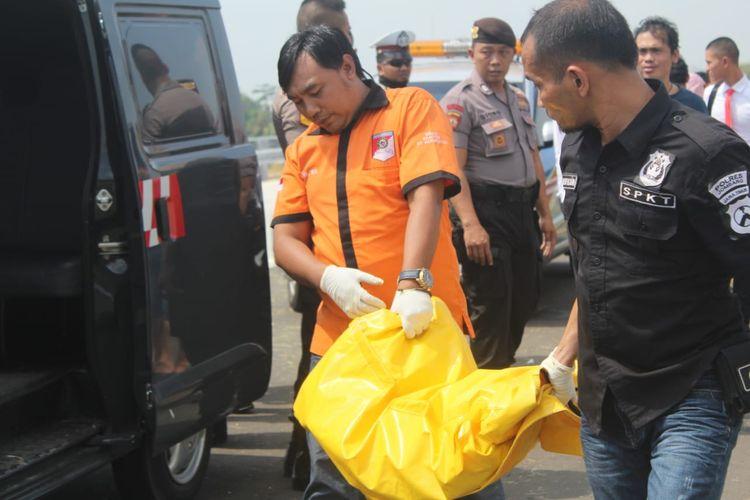 Petugas identifikasi dari Polres Jombang saat melakukan evakuasi potongan kaki yang ditemukan di ruas jalan tol Wilangan - Kertosono, di wilayah dusun Tegalan, Desa Karang Dagangan, Kecamatan Bandar Kedungmulyo, Kabupaten Jombang, Jawa Timur, Senin (17/6/2019).