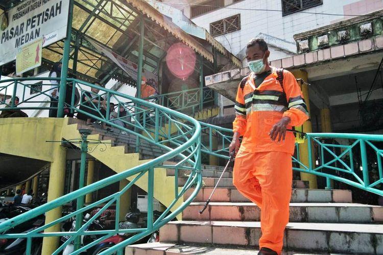 Gugus Tugas Percepatan Penanganan Covid-19 melakukan penyemprotan disinfektan di 21 pasar tradisional yang ada di Kota Medan, Rabu (25/3/2020)