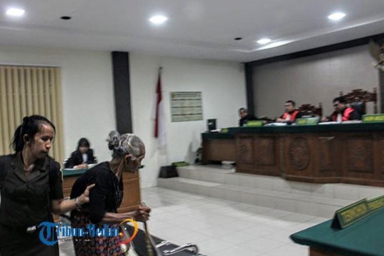 Nenek Saulina boru Sitorus alias Ompung Linda (92) menjalani sidang putusan di Pengadilan Negeri Balige, Toba Samosir, Sumatera Utara, Senin (29/1/2018). Dia divonis tahanan 1 bulan 14 hari gara-gara menebang pohon durian untuk membangun tugu makam leluhur.