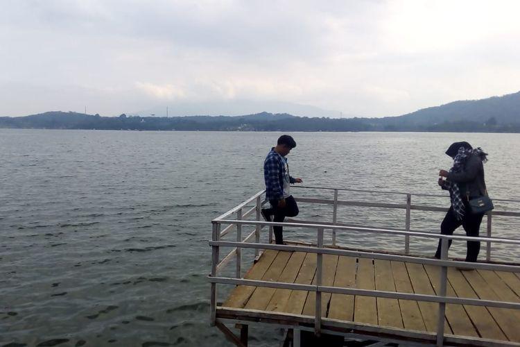 Wisatawan sedang berfoto di spot instagramable di Kawasan Waduk Darma Kuningan.