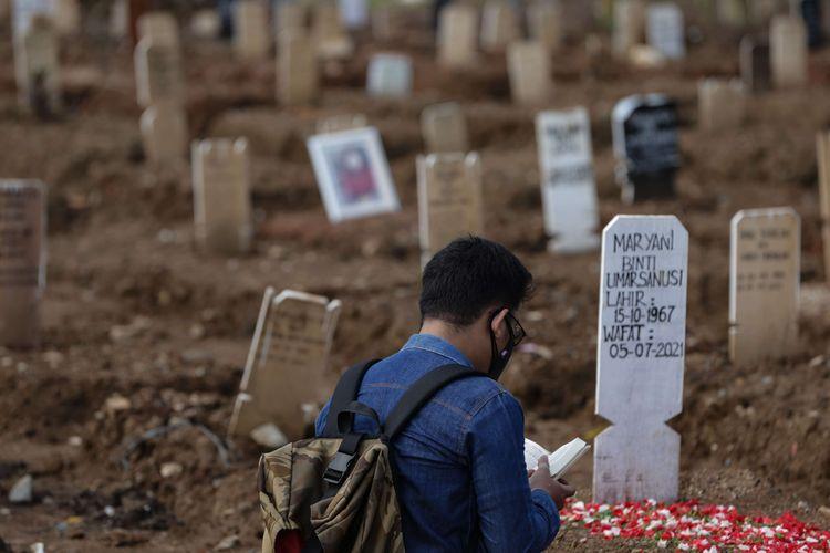 Warga ziarah ke makam kerabat yang meninggal akibat Covid-19 di TPU Rorotan, Jakarta Utara, Selasa (10/8/2021). Dibandingkan bulan Juni hingga Juli lalu, jumlah jenazah pasien Covid-19 yang dimakamkan di TPU Rorotan berkurang.