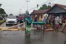 Ibu-ibu Blokade Jalan Menuju Kota Timika karena Belum Dapat Bantuan Sembako