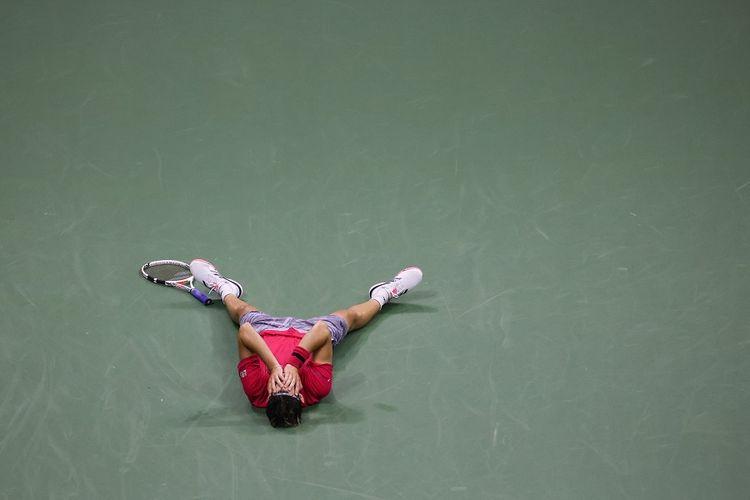 Petenis Dominic Thiem dari Austria merayakan kemenangan setelah memenangi final tunggal putra melawan Alexander Zverev dari Jerman pada US Open 2020 di USTA Billie Pusat Tenis Nasional Jean King pada 13 September 2020.