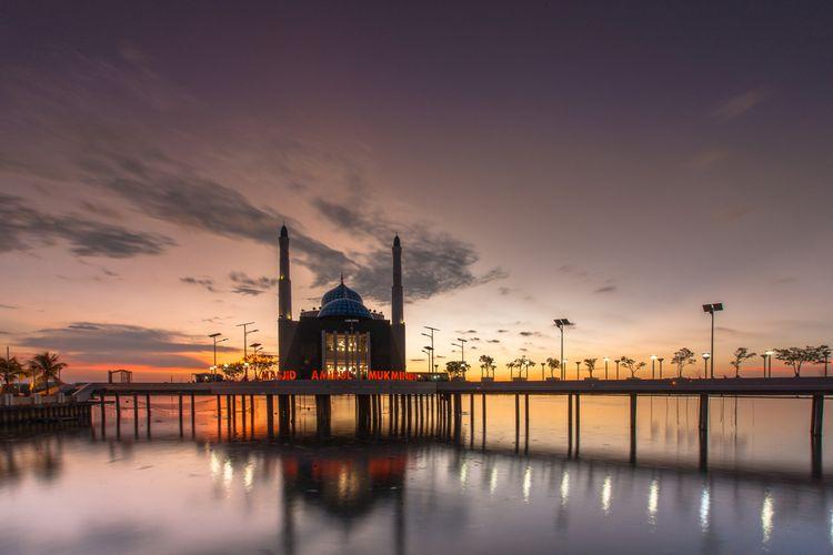 Masjid terapung Amirul Mukminin di Pantai Losari, Makassar, Sulawesi Selatan