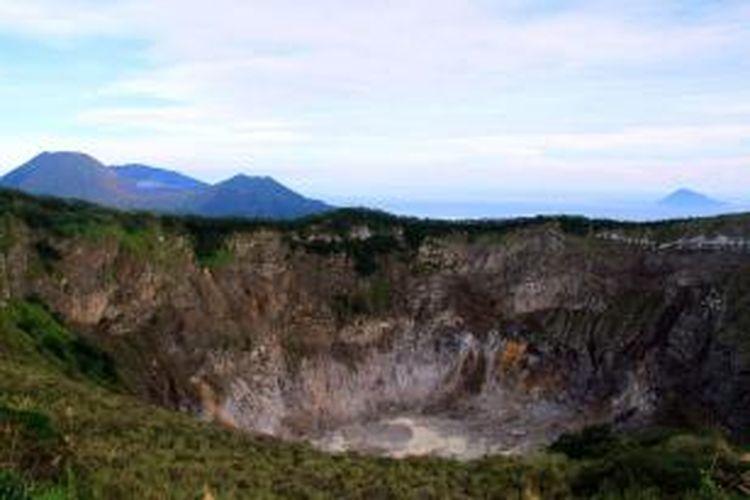 Kawah Gunung Api Mahawu terlihat dengan sangat jelas dari teras pengamatan. Gunung Api Lokon terlihat dengan sangat jelas disebelah kiri, sementar di kejauhan pulau Manado Tua seolah terapung di tengah lautan.