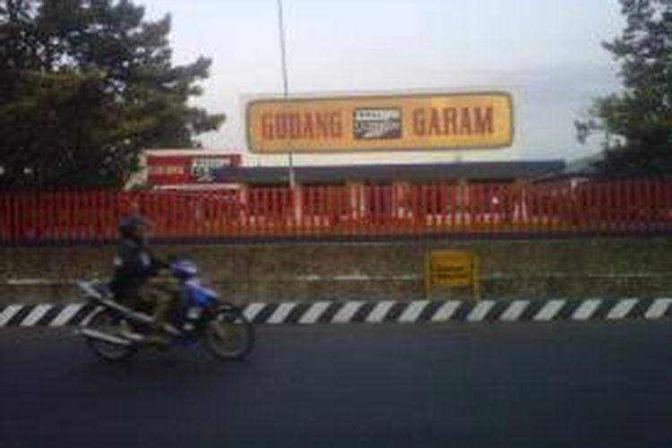 Seorang pengendara motor melintas di kawasan pabrik rokok PT Gudang Garam, Tbk, Kediri, Jawa Timur.