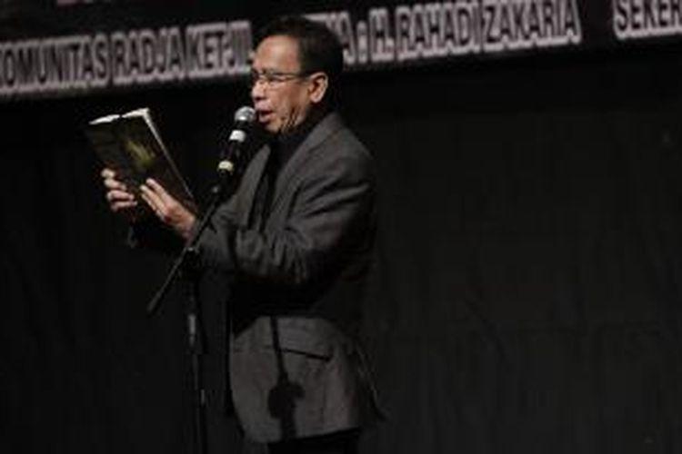 Anggota Komisi X DPR RI, Dedi 'Miing' Gumelar membacakan puisi dalam acara peluncuran buku 'Kitab Radja - Ratoe Alit, Antologi 50 penyair' , di gedung STSI, Buah Batu, Bandung, Jumat (30/9/2011). Buku ini merupakan kumpulan puisi dari 50 penyair yang diluncurkan oleh Komunitas Radja Ketjil.