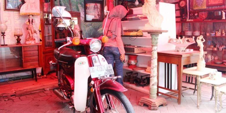 Salah satu stan barang antik di Pasar Klitikan Kota Lama, Semarang yang menjual kendaraan antik motor Honda C70.
