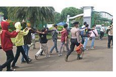 Ikut Demo di Istana Bogor, Seorang Remaja Ditarik Ibunya Pulang