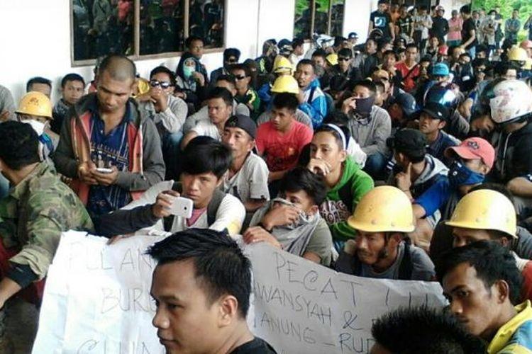 Ratusan buruh PT Virtue Dragon Nikel Industri demonstrasi mendesak pembayaran pesangon dan menolak tenaga kerja asing di depan kantor perusahan itu