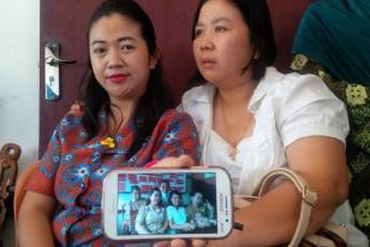 Rekan kerja bidan Anik Setya Indah menunjukkan foto kenangan bersama almarhum saat ditemui di Puskesmas Simpang Tiga, Kecamatan Banyuke Hulu, Kabupaten Landak, Kalimantan Barat (26/11/2015)