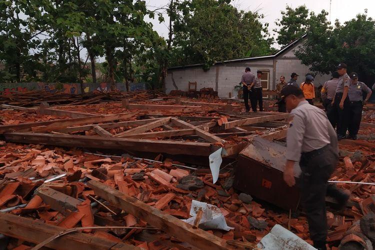 Aula terbuka di SMKN 1 Miri, Kabupaten Sragen, Jawa Tengah roboh setelah diterjang angin kencang, Rabu (20/11/2019) sore.