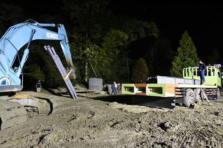 Pihak BBPJN, saat membongkar material pembangunan jembatan bailey di Desa Baloli, Kecamatan Masamba, Kabupaten Luwu Utara, Rabu (5/8/2020).