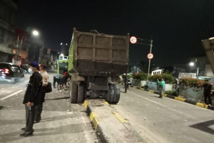 Akibat Supir dalam keadaan mengantuk, kendaraan dump truk dengan nomor polisi B 9485 TYY terlibat kecelakaan tunggal di under pass Jalan Letjen Suprapto, Johar Baru, Jakarta Pusat, Jumat (14/8/2021) dini hari.