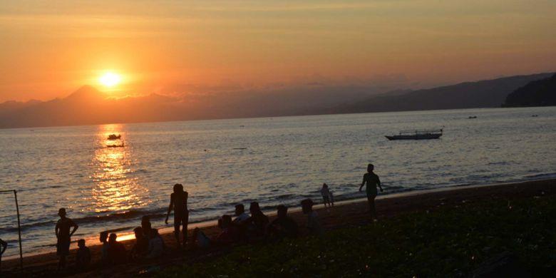 Warga Ende dan wisatawan Nusantara menikmati matahari terbenam di Pantai Ria Ende di Flores, NTT, Rabu (12/9/2018).
