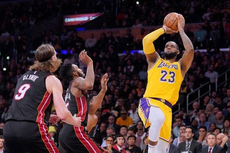 LeBron James dari Los Angeles Lakers mencoba melakukan fade away jumper di depan Derrick Jones Jr. dan Kelly Olynyk dari Miami Heat saat Lakesr menang 108-105 di Staples Center pada 10 Desember 2018 di Los Angeles, California.