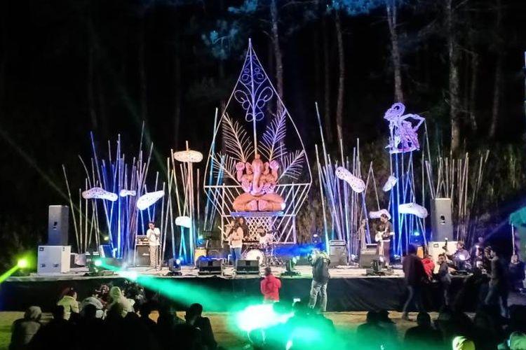 Penampilan grup musik Seroja dalam Festival Rogojembangan, di Lapangan Sigeger, Petungkriyono, Pekalongan, Jumat (28/9/2018) malam.