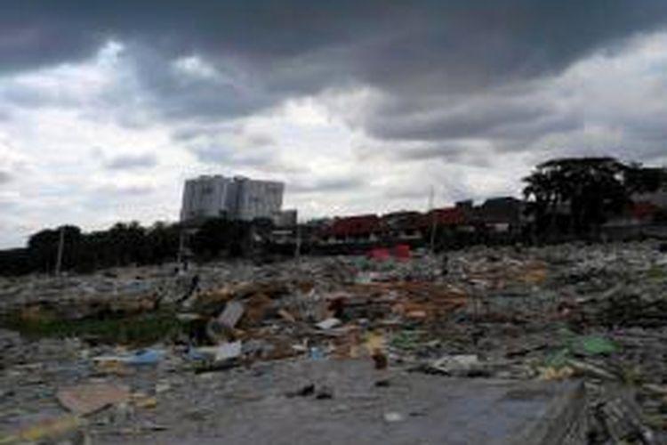 Suasana Taman Burung Waduk Pluit, Penjaringan , Jakarta Utara, Jumat (13/12/2013), pascapembongkaran rumah warga yang dilakukan sehari sebelumnya.