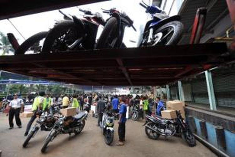 Ilustrasi: Panitia mudik gratis menata sepeda motor di atas truk untuk diberangkatkan ke Semarang dan Yogyakarta di Sunter, Jakarta, Minggu (5/9/2010).