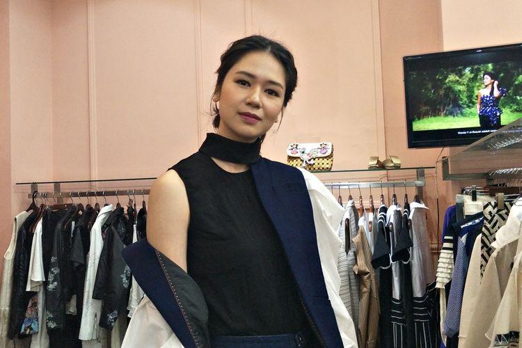 Artis Peran Laura Basuki saat ditemui di peluncuran lipstik Y et Beaute New York di Fashion First, Cikajang, Jakarta Selatan, Rabu (11/12/2019).