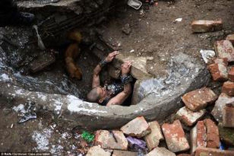 Para pecandu narkoba dan para pengidap HIV positif membangun rumahnya di bawah tanah. Sama seperti rumah lain, rumah di bawah tanah tersebut pun punya