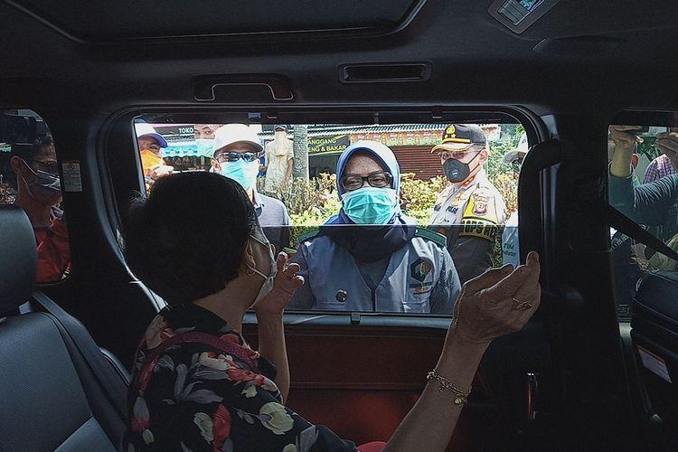 Bupati Bogor Ade Yasin saat mengecek warga di masa pembatasan sosial berskala besar (PSBB) pra adaptasi kebiasaan baru (pra-AKB) di Kawasan Puncak Bogor, Jawa Barat.