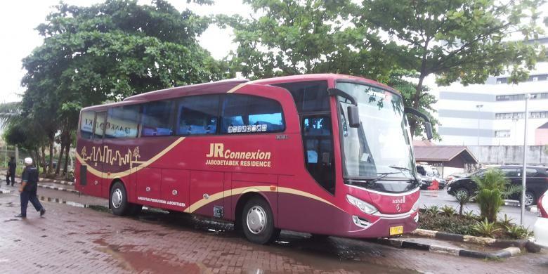 Bus Jabodetabek Residence (JR) Connexion yang melayani pemberangkatan dari Lippo Cikarang di Bekasi.