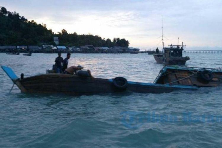 Proses evakuasi kapal tenggelam di perairan Dabo Singkep, kabupaten Lingga, Kamis (1/6/2017) sore. Tiga anak buah kapal masih dicari