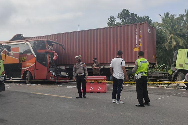 Kecelakaan maut di Jalan Wates-Purworejo tepatnya di kecamatan Temon Kabupaten Kulon Progo, Daerah Istimewa Yogyakarta, pukul 03.20 WIB antara Bus Sugeng Rahayu Jurusan Surabaya-Bandung dengan truk kontainer. Dua tewas dan tiga luka ringan maupun serius dalam kecelakaan ini.