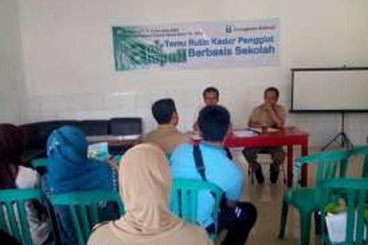 Rapat rutin penggiat bank sampah berbasis sekolah di Desa   Kalisidi, Ungaran, Kabupaten Semarang, Selasa (26/4/2016) siang.