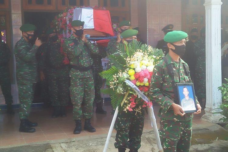 Pelepasan jenazah Pratu Dwi Akbar yang gugur setelah kontak senjata di Intan Jaya, Papua. Pratu Dwi dimakamkan secara militer di kampung halamannya di Lampung Tengah, Senin (21/9/2020) pagi. (FOTO: Biro Penerangan Korem 043 Garuda Hitam)