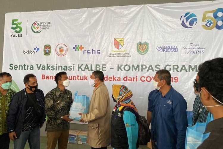 Kompas Gramedia dan PT Kalbe Farma Tbk berkolaborasi dengan Komando Daerah Militer (Kodam) III/Siliwangi dan Pemerintah Kabupaten Bandung dalam menyelenggarakan vaksinasi Covid-19 di Dome Balerame, Kawasan Budaya Sabilulungan, Soreang, Bandung Jawa Barat, pada 14 September 2021.