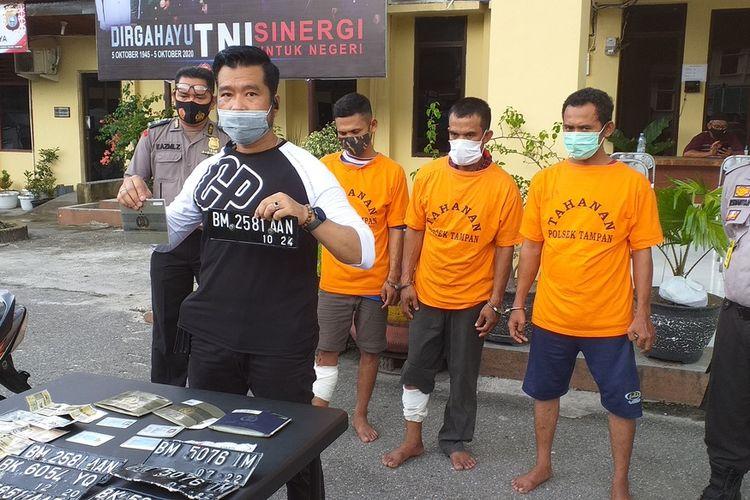 Kanit Reskrim Polsek Tampan Iptu Noki Loviko melakukan konferensi pers penangkapan tiga orang pria asal Aceh yang melakukan pencurian kendaraan bermotor di Kota Pekanbaru, Riau, Senin (16/11/2020).