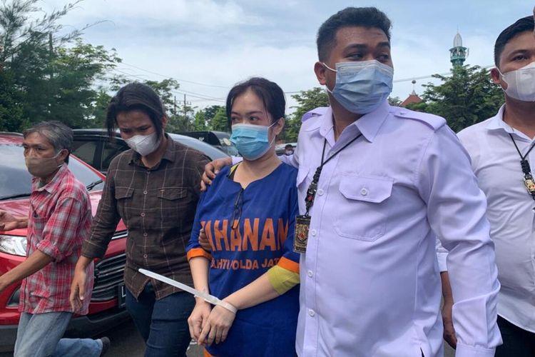 LY (tengah) ditangkap 4 kali karena kasus penipuan investasi
