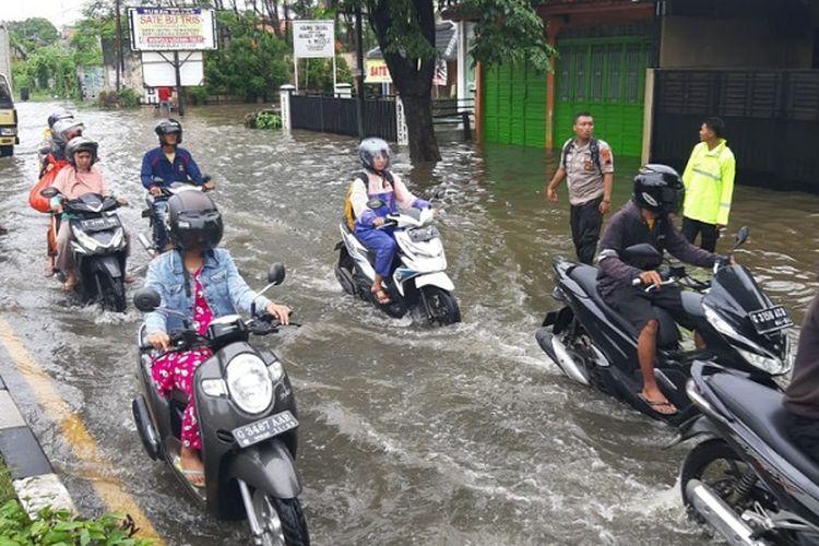 Air banjir menggenangi jalur pantura Tirto, Kota Pekalongan Jawa Tengah.