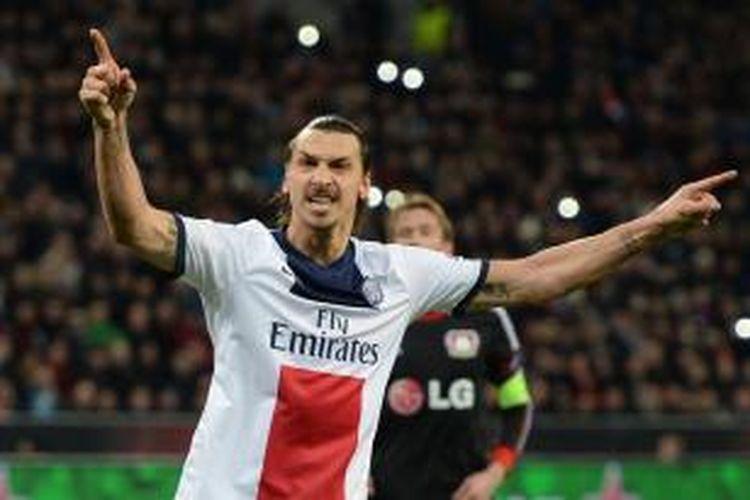 Striker Paris Saint-Germain, Zlatan Ibrahimovic, merayakan gol yang dicetaknya ke gawang Bayer Leverkusen pada leg pertama babak 16 besar Liga Champions di BayArena, Selasa (18/2/2014).