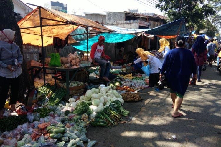 Sejumlah warga saat berbelanja di pasar tumpah Jalan Cikutra, Bandung, Selasa (27/2/2018).