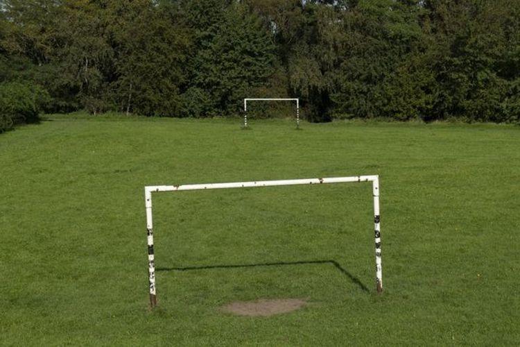Ilustrasi lapangan sepak bola kasta rendah.