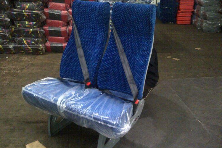 Bangku bus dengan sabuk pengaman tiga titik