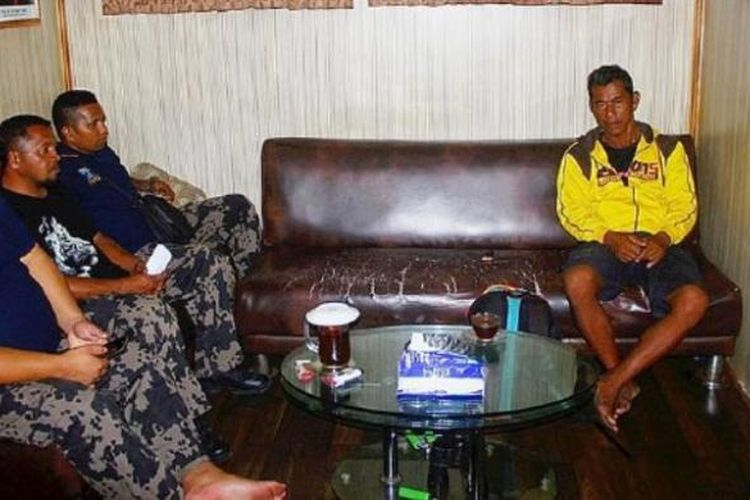 Seorang nelayan asal Filipina (kanan) yang dipekerjakan perusahaan ikan asal Bitung, Sulawesi Utara, untuk menjaga rumah ikan di Laut Seram, Maluku, ditangkap kapal patroli Hiu Macan 03 dari Kementerian Kelautan dan Perikanan. Nelayan itu tiba di Ambon pada Senin (20/2).