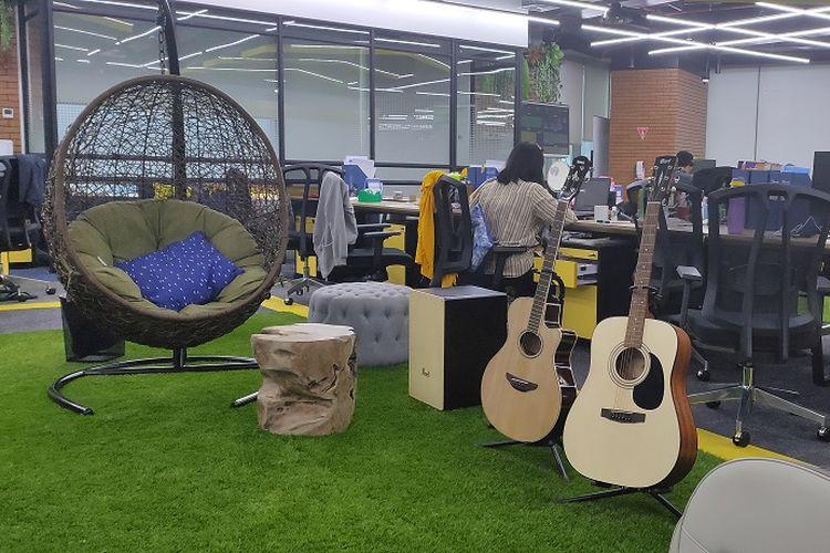 Suasana kantor baru tiket.com yang santuy dengan adanya alat musik gitar dan kajon untuk dapat digunakan karyawannya di jam-jam santai, Kamis (16/1/2020).