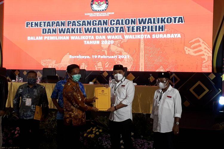 Ketua KPU Surabaya Nur Syamsi menyerahkan dokumen Penetapan Pasangan Calon Wali Kota dan Wakil Wali Kota Surabaya terpilih kepada paslon nomor 1 Eri Cahyadi - Armuji dalam sidang pleno yang digelar di Hotel Wyndham, Surabaya, Jumat (19/2/2021).