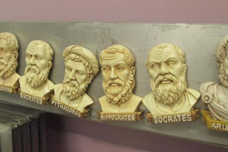 Magnet kulkas bergambar tokoh-tokoh filsuf merupakan suvenir khas Athena, Yunani.