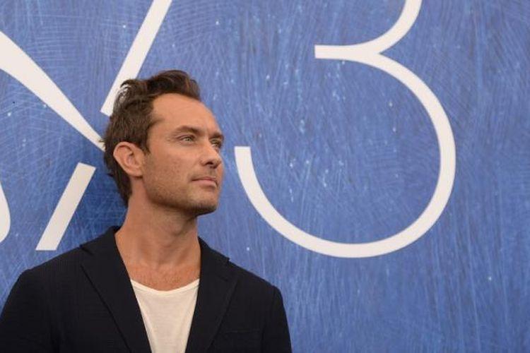 Aktor Jude Law menghadiri pemutaran perdana miniseri televisi The Young Pope pada Festival Film Venice ke-73 di Venice, Italia, Sabtu (3/9/2016).