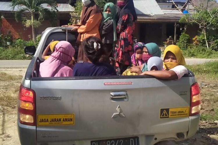 Masyarakat Desa Panton Rayeuk Sa, dievakuasi ke rumah sakit setelah mencium bau gas yang keluar dari sumur milik PT Medco E&P Malaka di Desa Alue Siwah Serdang, Kecamatan Nurussalam, Kabupaten Aceh Timur, Jumat (9/4/2021).