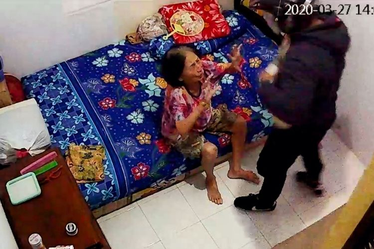 Tangkapan layar rekaman kamera pengawas saat ketiga rampok menyekap seorang perempuan lanjut usia saat beraksi di sebuah rumah di Jalan Pangeran Natakusuma, Pontianak, Kalimantan Barat, Jumat (27/3/2010).