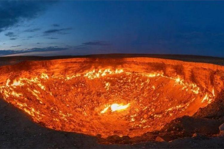 Gerbang Neraka misterius di kawasan Padang Pasir Karakum, Turkmenistan. Asal usul terbentuknya Kawah Darvaza dengan api yang berkobar selama puluhan tahun ini masih misteri.