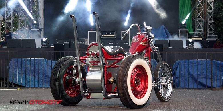 Sepeda motor roda tiga alias trike kustom bernama Ojo Dumeh yang dijadikan hadiah buat pemenang undian tiket Kustomfest 2017.